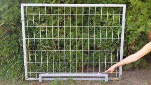 Seitenwand und Fußelement vor einem Busch