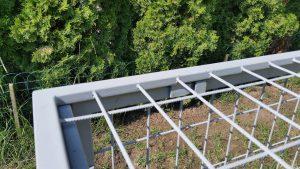 Detailierte Aufnahme der Steckvorrichtung zwischen Oberseite und Seitenwand.